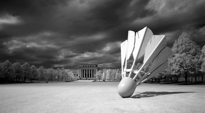 Sculpture d'un volant de badminton noir et blanc