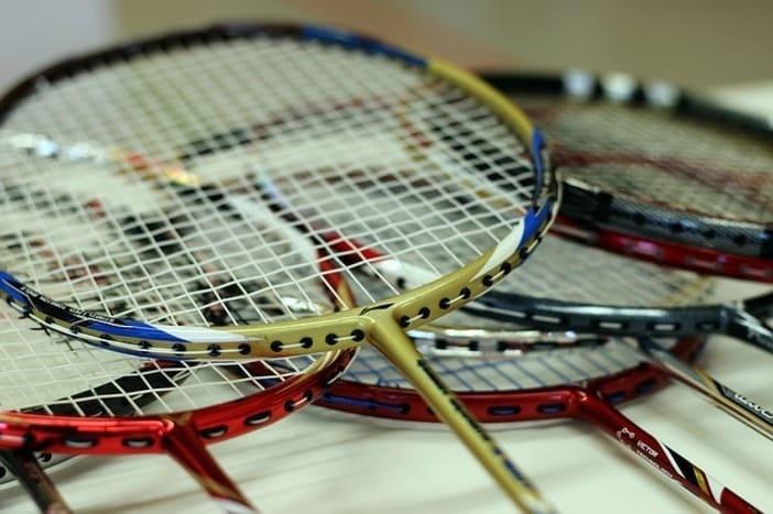 Raquettes de Badminton empilées en cascade